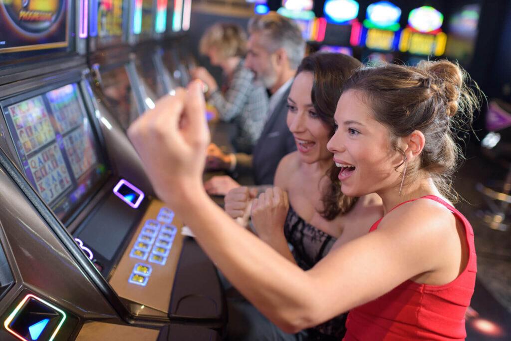 オンラインカジノのスロットとパチスロの違いは?どちらが勝てるか比較!